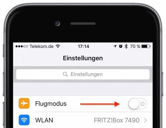 """Haben Sie versehentlich den Flugmodus eingeschaltet? Dann hat Ihr iPhone keinen Kontakt mehr zur Außenwelt und kann weder Anrufe noch Nachrichten empfangen, folglich auch nichts mehr signalisieren. Sie überprüfen das in der App """"Einstellungen"""". Falls aktiviert, deaktivieren Sie den entsprechenden Schalter"""