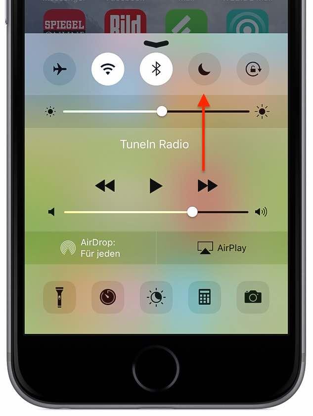 """Möglicherweise haben Sie den Nicht stören-Modus aktiviert. Am einfachsten prüfen Sie das, in dem Sie mit dem Finger vom unteren Bildschirmrand nach oben wischen, um das Kontrollzentrum zu aktivieren. Das """"Mond""""-Symbol darf nicht aktiviert sein, wenn das iPhone klingeln bzw. Töne von sich geben soll:"""
