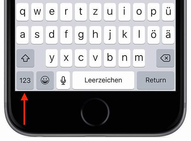 Tippen Sie zunächst den Text, wie Sie es gewohnt sind. An der Stelle, an der eine Ziffer eingegeben werden soll, drücken Sie die Ziffern-Taste links unten auf der Tastatur, und halten Sie die Taste gedrückt!