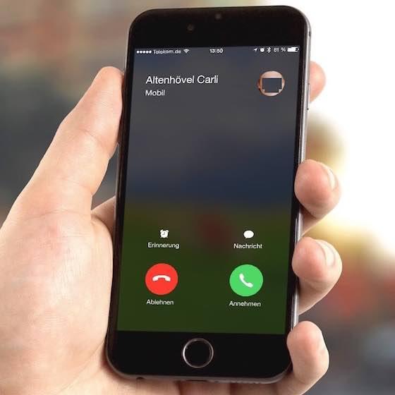 Sofern ein Anrufer seine Rufnummer übermittelt und diese Rufnummer in Ihren Kontakten abgespeichert ist, sehen Sie sogar den Klarnamen des Anrufers (und wenn Sie sein Foto in Ihren Kontakten gespeichert haben, wird es ebenfalls angezeigt), weil das iPhone die übermittelte Rufnummer mit Ihren iPhone-Kontakten abgleicht: