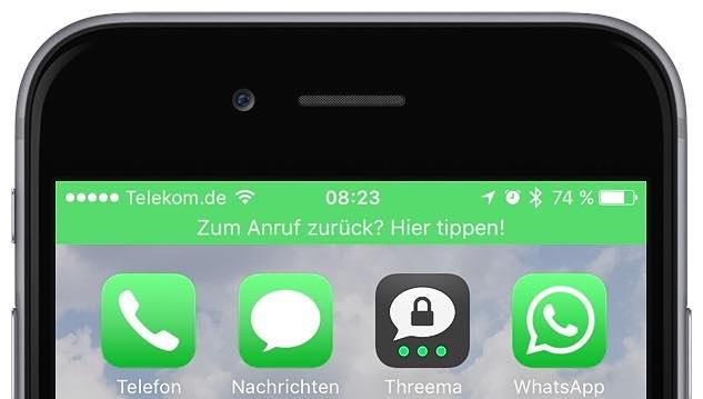 """Tippen Sie auf """"Anruf"""". Nehmen Sie Ihr iPhone in die Hand. Der obere Bildschirmrand ist grün und enthält den Hinweis """"Zum Anruf zurück? Hier tippen!"""":"""